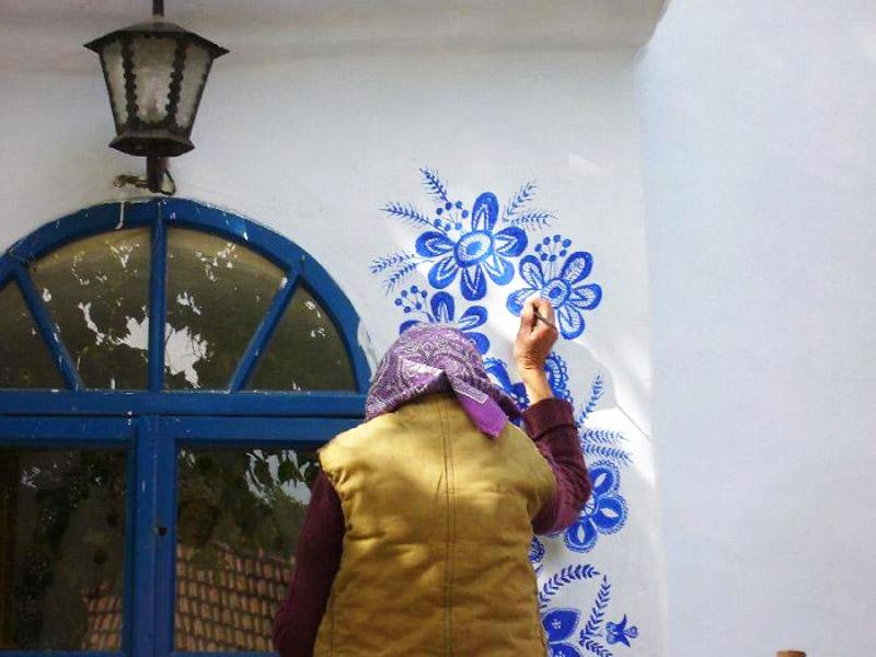 A 90-Year-Old Street Artist Anežka Kašpárková Paints Wonderful Murals On Houses